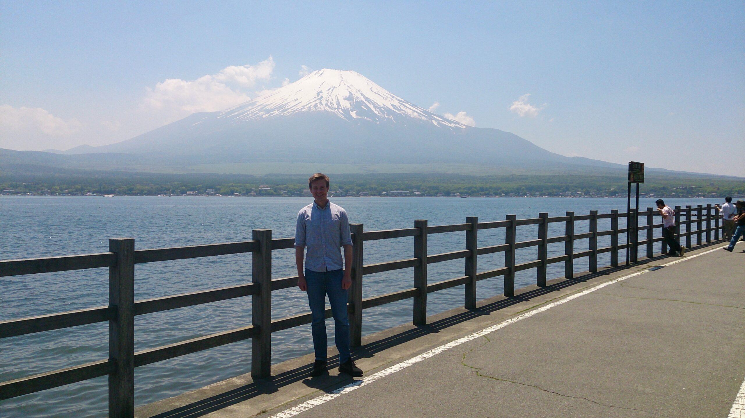 Герой статьи на фоне горы